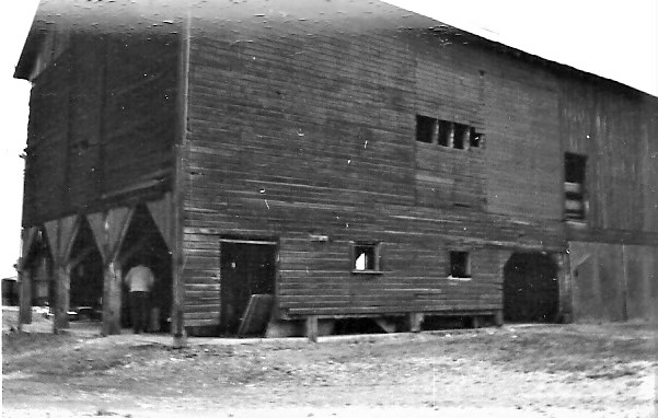 This image has an empty alt attribute; its file name is barn-1972-hukill-house-side.jpg
